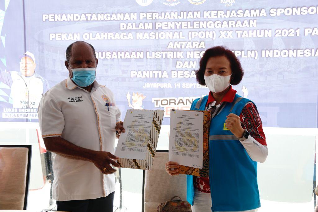 Direktur Manajemen Sumber Daya Manusia PLN, Syofvi Felienty Roekman (kanan) dan Ketua Harian PB PON, Yunus Wonda (kiri) saat melakukan penandatanganan perjanjian sponsorship penyelenggaraan PON XX Papua, Selasa (14/09).