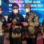 FOTO BERSAMA : M. Awaludin Sang Kreator Biodigester diapit Bupati Sumedang Doni Ahmda Munir (kiri) dan Kepala DPMDes Jabar Bambang Tirtoyuliono (kanan) berswaforo usai menerima penghargaan Juara I Nasional.