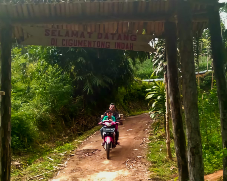 Gapura menuju Kampung Cigumentong, Desa Sindulang, Kecamatan Cimanggung, Kabupaten Sumedang, beberapa waktu lalu. (Yanuar Baswata/Jabar Ekspres)