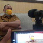 Juru Bicara Satgas Penanganan COVID-19 Kabupaten Indramayu Deden Bonni Koswara saat memberi keterangan di Indramayu, Jawa Barat, Rabu (1/9/2021). (ANTARA/Khaerul Izan)
