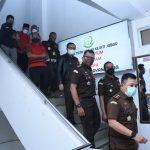 Jajaran Kejati Jabar membawa kedua tersangka kasus korupsi proyek alun-alun di Kabupaten Indramayu