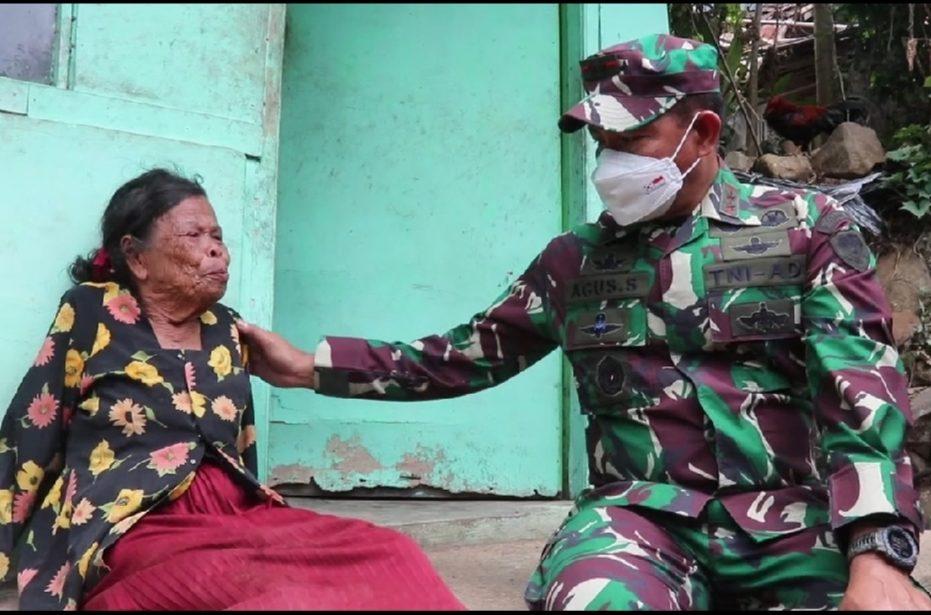 Pangdam III Siliwangi Mayjen TNI Agus Subiyanto ketika menghampiri Nenek Asih