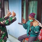 Pangdam III Siliwangi Mayjen TNI Agus Subiyanto memberikan semangat kepada warga desa yang sedang divaksin