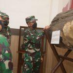 Panglima Kodam III Siliwangi Mayjen TNI Agus Subiyanto melihat dari dekat koleksi benda Museum Mandala Wangsit Siliwangi