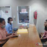 Personel Satuan Narkoba Polres Sukabumi saat melimpahkan berkas dan tersangka penyalahguna narkoba jenis sabu-sabu. kepada pihak Kejari Kabupaten Sukabum