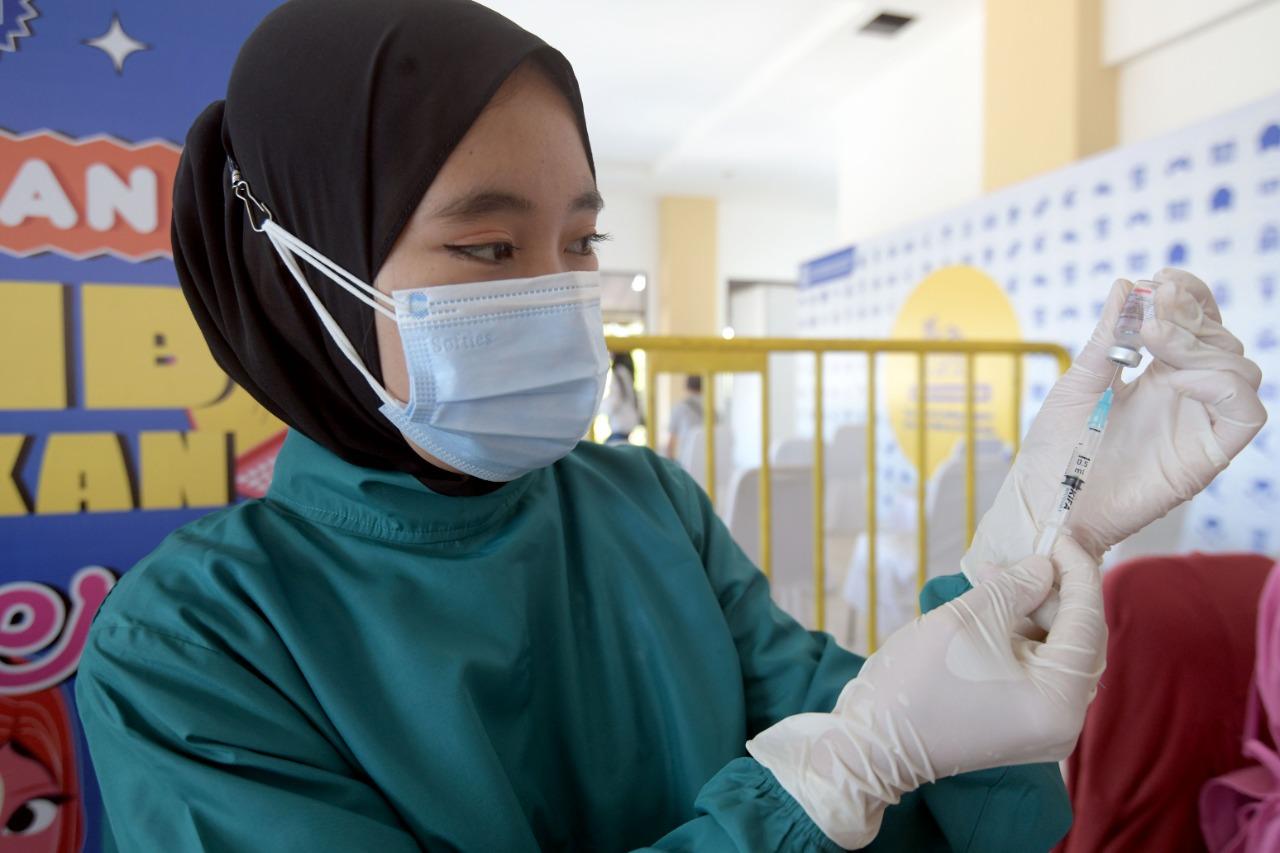 Petugas Kesehatan sedang memasukan cairan vaksin ke dalam suntikan (ILUSTRASI/Humas Jabar)
