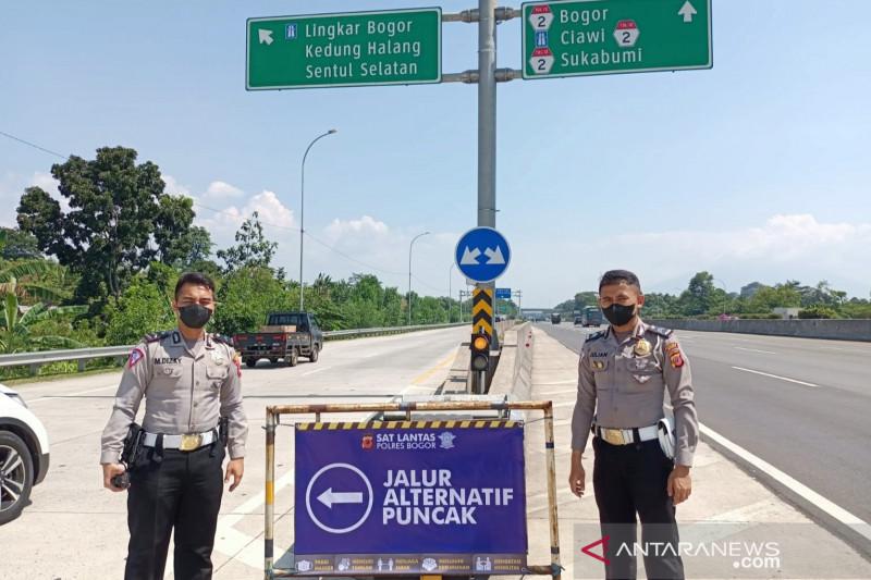 Polres Bogor memasangi papan pemberitahuan jalur alternatif menuju Puncak Cisarua di pintu Tol Sumarecon (Sukaraja Cibanon). (ANTARA/HO-Polres Bogor)