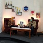 Kepala Sekolah SMP Negeri 1 Cimanggung, Eni Heniwati (kiri) di studio mini Nesaci TV.