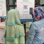 PINTU MASUK: Salah satu pengunjung yang membawa anaknya ke pusat perbelanjaan di BIP Kota Bandung, Rabu (22/9).