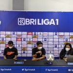 Pelatih caretaker Borneo FC Ahmad Amiruddin (tengah) dan gelandang Sultan Samma (kiri) dalam sesi konferensi pers virtual usai laga melawan Persib Bandung pada Kamis (23/9/2021) malam. (ANTARA/HO)