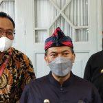 Wali Kota Bandung, Oded M Danial (tengah)