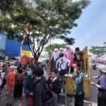 Antusiasme warga dan pelajar di KBB ikuti vaksinasi di IKEA Kota Baru Parahyangan menggunakan truk (Foto: Whisnu/Jabar Ekspres)
