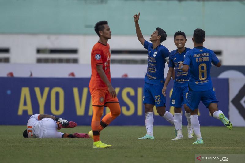 Pesepak bola PSIS Semarang Hari Nur Yulianto (tengah) berselebrasi dengan rekannya usai mencetak gol ke gawang Persiraja Banda Aceh dalam pertandingan pekan ketiga Liga 1 2020-2021 di Stadion Wibawa Mukti, Cikarang, Kabupaten Bekasi, Jawa Barat, Sabtu (18/9/2021). Pertandingan dimenangkan PSIS Semarang dengan skor 3-1. ANTARA FOTO/Aditya Pradana Putra/hp. (ADITYA PRADANA PUTRA/ADITYA PRADANA PUTRA)
