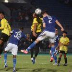Pesepak bola Barito Putra Azamat Baimatov (77) berebut bola di udara dengan pesepak bola Persib Bandung Kuipers (2) dalam lanjutan Liga 1 2021-2022 di Stadion Indomilk Arena, Tangerang, Banten, Sabtu (4/9/2021) kemarin. (ANTARA FOTO/Muhammad Iqbal/wsj)