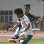 Pesepak bola Persikabo 1973 Roni (kiri) berebut bola dengan pesepak bola dengan Persib Bandung Bayu Fiqri (kanan) pada lanjutan Liga 1 di Stadion Wibawa Mukti, Kabupaten Bekasi, Jawa Barat, Senin (27/9/2021). Pertandingan babak pertama berakhir imbang 0-0. ANTARA FOTO/ Fakhri Hermansyah/hp.