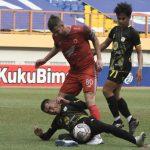 Pesepakbola PS Barito Putera Baimatov (kiri) menghentikan pergerakan pesepakbola PSM Makassar Pluim (tengah) pada lanjutan Liga 1 di Stadion Wibawa Mukti, Kabupaten Bekasi, Jawa Barat, Senin (27/9/2021). ANTARA FOTO/ Fakhri Hermansyah/aww.