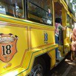 Salah satu Kendaraan Bandros sedang menurunkan penumpang di Alun-alun Kota Bandung. Sabtu (49). Foto. Sandi Nugraha