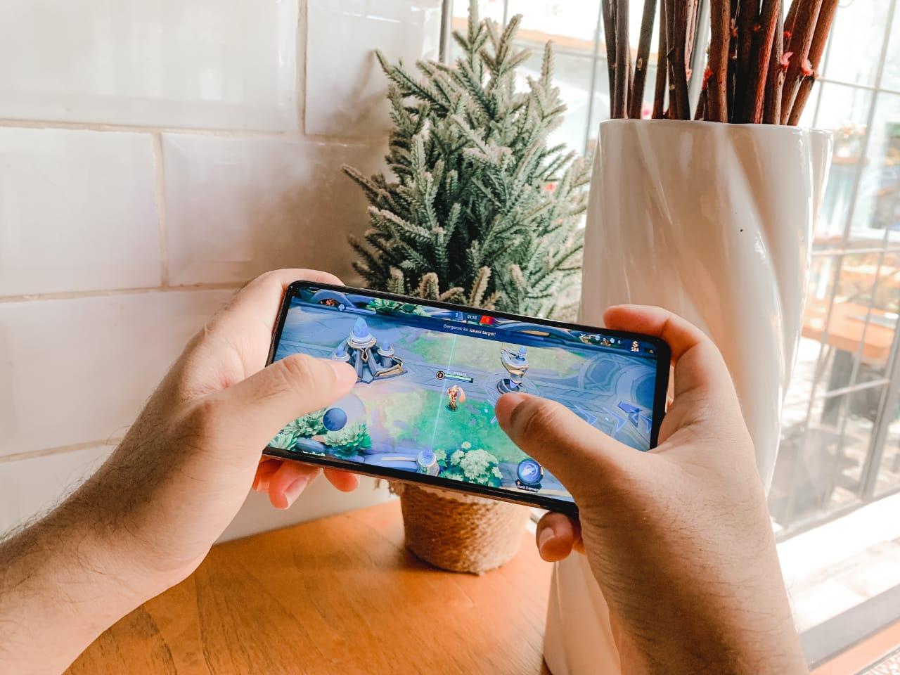 Samsung Galaxy A52s 5G ditenagai prosesor Snapdragon 778G dengan peningkatan performance hingga 80% GPU, 40% Single CPU, dan 72% Multi CPU dari generasi pendahulunya, RAM Plus 4GB, dan 240Hz touch rate membawa para atlet e-sport untuk meraih kemenangan.