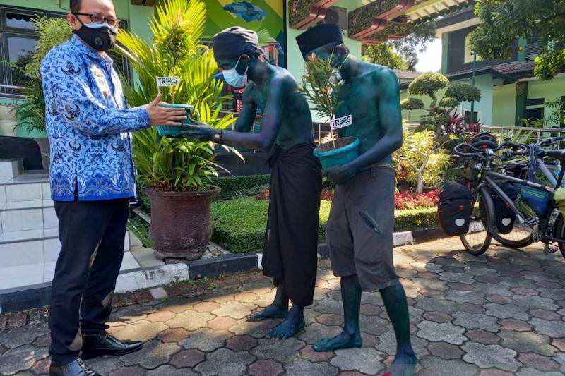 Wakil Wali Kota Yogyakarta Heroe Poerwadi saat menerima bibit pohon Pucuk Merah yang diberikan oleh dua pemuda yang bersepeda dari Bogor untuk mengkampanyekan penghijauan, Jumat (17/9/21) (ANTARA/Eka AR)
