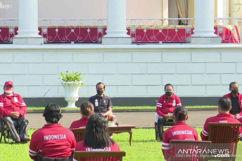Tangkapan layar Presiden Joko Widodo memberikan bonus bagi para atlet serta pelatih yang berlaga di Paralimpiade Tokyo 2020 di halaman Istana Kepresidenan Bogor, Jumat (17/9/2021). ANTARA/Desca Lidya Natalia