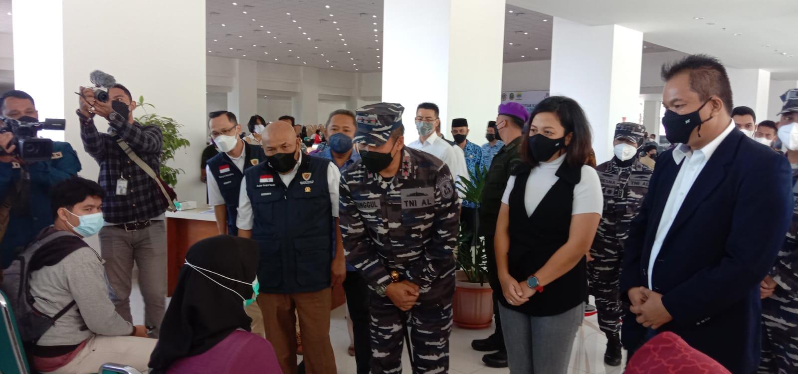 Dok. Laksamana Muda TNI, Tunggul Suropati (TNI AL) saat meninjau pelaksanaan gebyar vaksinasi di UNPAR. Jum'at (17/9).