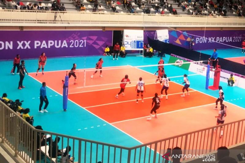 Tim voli putri Sulawesi Utara saat bertanding melawan DKI Jakarta pada babak penyisihan Grup W PON XX Papua di GOR Koya Yoso, Jayapura, Jumat (1/10/2021). (ANTARA/Fiqih Arfani)