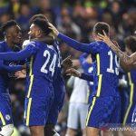 Bek Chelsea Reece James (kedua kiri) diselamati rekan-rekannya seusai jadi penentu kemenangan adu penalti atas Southampton dalam laga 16 besar Piala Liga Inggris di Stadion Stamford Bridge, London, Inggris, Selasa (26/10/2021) waktu setempat. ANTARA/REUTERS/ACTION IMAGES/Paul Childs.