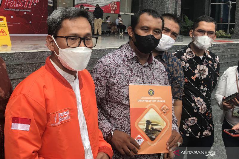 Wakil Presiden Partai Buruh Agus Supriyadi (dua kiri) menunjukkan berkas yang diserahkan ke Kementerian Hukum dan HAM di luar Gedung Direktorat Jenderal Administrasi Hukum Umum Kemenkumham RI, Jakarta, Kamis (14/10/2021). ANTARA/Genta Tenri Mawangi