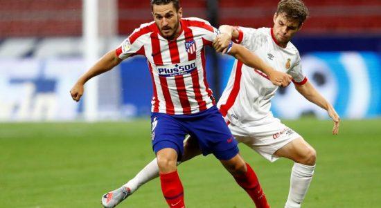 Pesepak bola Atletico Madrid Saul Niguez (kiri) berebut bola dengan pesepak bola Real Mallorca Aleix Febas dalam laga pekan ke-34 Liga Spanyol di Stadion Wanda Metropolitano, Madrid, Spanyol, Jumat (3/7/2020). Pertandingan ini dilakukan tertutup tanpa kehadiran penonton karena masih mewabahnya COVID-19. Laga tersebut dimenangkan Atletico Madrid dengan skor 3-0. ANTARA FOTO/Reuters-Juan Medina/hp.