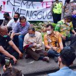 Beberapa Anggota DPRD Jabar mahasiswa secara langsung untuk memberikan dukungan terhadap tuntutan pemerintah