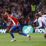 Joao Felix, pemain Atletico Madrid, dibayangi dua pemain Barcelona. (@atletienglish/Twitter)
