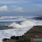 Gelombang tinggi di Pantai Bunton, Kecamatan Adipala, Kabupaten Cilacap