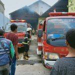Dua unit mobil Pemadam Kebakaran saat menjinakkan kobaran api di gudang kapas, Desa Sayang, Kecamatan Jatinangor, Kabupaten Sumedang. (Istimewa)