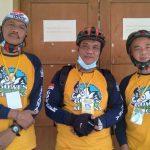 Ketua Gowes Sehat Kencana, Den Supandi Janung Windagro (tengah) di Kelurahan Rancaekek Kencana, Sabtu (9/10). (Yanuar Baswata/Jabar Ekspres)