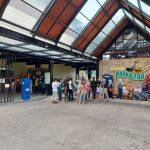 Pengunjung berjibun di depan pintu masuk objek wisata Lembang Park and Zoo, KBB
