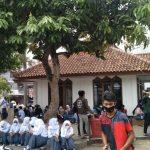 Kerumunan warga saat pelaksanaan vaksinasi di wilayah Kantor Kecamatan Cimanggung, Kabupaten Sumedang.