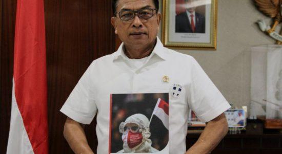 Kepala Staf Kepresidenan Moeldoko dengan buku Indonesia Tangguh Indonesia Tumbuh 2021. ANTARA/HO-KSP.