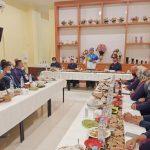 Gubernur Jawa Barat Ridwan Kamil (tengah) saat memberikan sambutan kepada atlet peraih prestasi PON XX Papua di Jayapura, Jumat (15/10/2021). (ANTARA/Andi Firdaus).