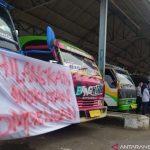 Seratusan sopir angkutan jurusan selatan Cianjur, Jawa Barat, melakukan aksi mogok massal karena dirugikan dengan kehadiran travel gelap yang merugikan, Rabu (6/10). ANTARA POTO. (Ahmad Fikri)
