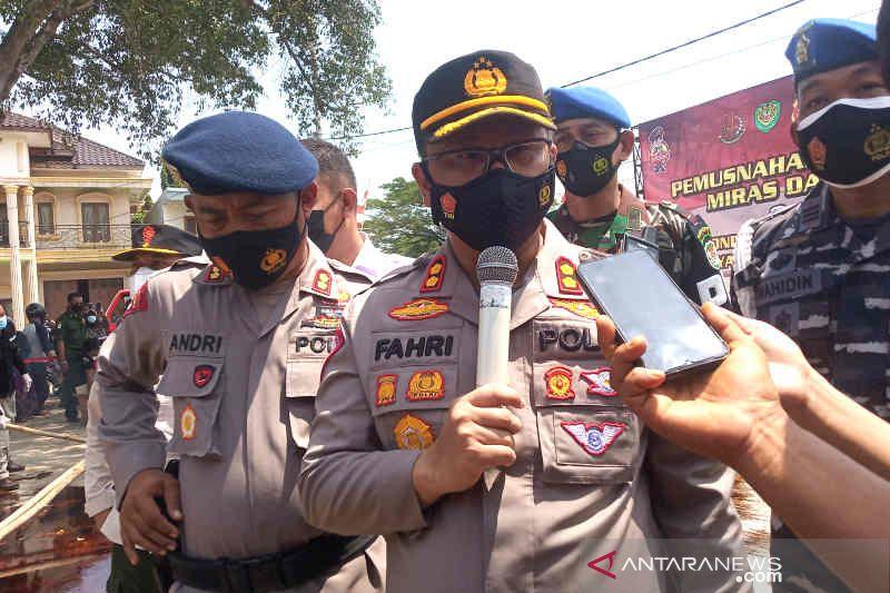 Kepala Kepolisian Resor (Kapolres) Cirebon Kota, Polda Jawa Barat AKBP Fahri Siregar (tengah) saat memberi keterangan kepada media di Cirebon, Jawa Barat, Kamis (14/10/2021). (ANTARA/Khaerul Izan)