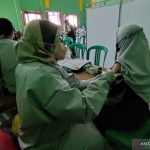 PMI Cianjur, Jawa Barat, bersama unit vaksinasi bergerak, menuntaskan vaksinasi hari ke 10 dengan pencapaian vaksinasi hingga 18 ribu penerima di Kecamatan Naringgul, Minggu (16/10). ANTARA POTO. (Ahmad Fikri)