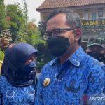 Wali Kota Bogor saat meninjau pelaksanaan uji coba PTM tingkat SD di SD Mardi Waluya, Bondongan Kota Bogor, Senin (18/10/2021). (ANTARA/Pemkot Bogor)