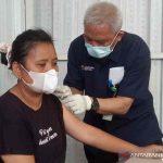 Direktur Promosi Kesehatan dan Pemberdayaan Masyarakat Kemenkes RI Imran Agus Nurali (kanan) saat menyuntikkan vaksin kepada warga di tempat istirahat KM 229 B Tol Kanci Pejagan di Cirebon, Jawa Barat, Sabtu (23/10/2021). (ANTARA/Khaerul Izan)