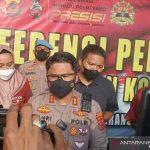 Kapolres Cirebon Kota AKBP Fahri Siregar saat memberi keterangan kepada media di Cirebon, Jawa Barat, Rabu (20/10/2021). ANTARA/Khaerul Izan