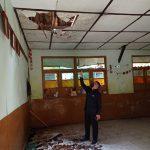 Kepala Sekolah SDN Kresna menunjukan flafon dan atap sekolah yang ambruk