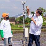 Menteri Koordinator Bidang PErekonomian Airlangga Hartarto memberikan bantuan alat pembaca cuaca berteknpgi matahari kepada para petani