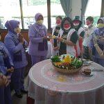 Oraganisasi Perempouan Tangguh Indonesia memberikan potongan tumpeng kepada ibu Komandan Sesko TNI