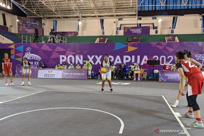 Tim bola basket 3x3 putri DKI Jakarta (seragam putih) menghadapi Bali pada laga semifinal PON XX Papua di Mimika Sport Complex, Mimika, Kamis (14/10/2021). Bali memenangkan pertandingan itu dengan skor 15-12 dan lolos ke partai puncak. (Michael Siahaan)