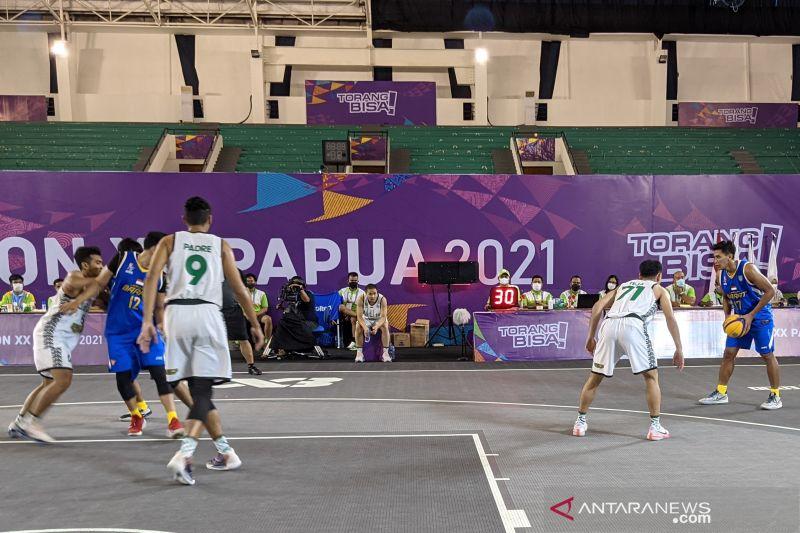 Tim bola basket 3x3 putra Jawa Timur (seragam putih) menghadapi Jawa Barat lada laga semifinal PON XX Papua di Mimika Sport Complex, Mimika, Kamis (14/10/2021). Jawa Barat memenangkan pertandingan itu dengan skor 13-9 dan lolos ke partai puncak. (ANTARA/Michael Siahaan)