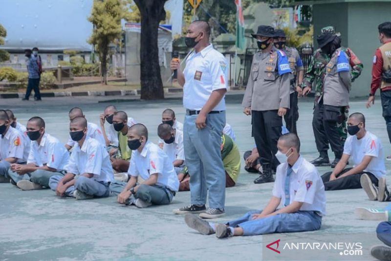 Pelajar Karawang ikutu penatara kedisiplinan dan bela negara. (ANTARA/HO-Pemkab Karawang)